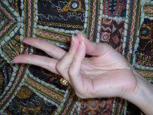 8 Yoga Mudras To Overcome Any Ailments! Want to research Mudras a little bit. Kundalini Yoga, Yoga Meditation, Pranayama, Yoga Mantras, Hand Mudras, Salud Natural, Spiritual Practices, Sanskrit, Healthy Mind