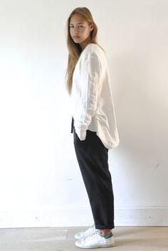 """Blouse """"faux-cul"""" en lin blanc, pantalon droit en lainage noir"""