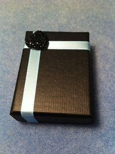 ~~Une boîte cadeau en carton noir de 6x4.5cm avec un ruban satin bleu et un cœur noir en résine. Elle sera parfaite pour faire un cadeau original et fait main. Vous la recevrez joliment emballée dans un sachet en organza. Des questions sur cette boîte...