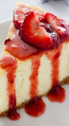 Best New York Style Cheesecake. Also includes a recipe for strawberry sauce.The Best New York Style Cheesecake. Also includes a recipe for strawberry sauce. Just Desserts, Delicious Desserts, Dessert Recipes, Yummy Food, Tasty, Dessert Blog, Food Cakes, Cupcake Cakes, Strawberry Sauce