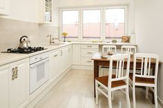 W kuchni znalazło się miejsce na stół śniadaniowy. Kitchen Styling, Classic Style, Kitchen Design, Kitchen Cabinets, Dom, Table, Furniture, Home Decor, Design Ideas
