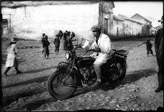 Première motocyclette de Mario Pérez Yáñez, Cuzco, 1930 © Martin Chambi / Galerie VU'
