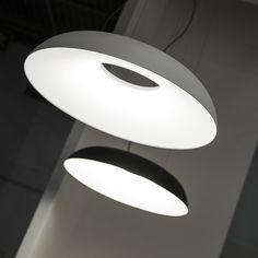 Lampada a sospensione a luce diffusa, struttura in alluminio verniciato nel colore bianco o nero. Diffusore in metacrilato opal bianco. Per sorgente di luce a LED. Alimentatore elettronico dimmerabile all'interno della scatola al soffitto.