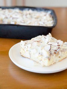 Bolo de Coco Gelado de assadeira! Um bolo que leva a gente direto para as festas de aniversário dos anos 80! Um bolo de coco molhadinho e gelado, coberto por coco ralado. Faça em casa este bolo gelado!