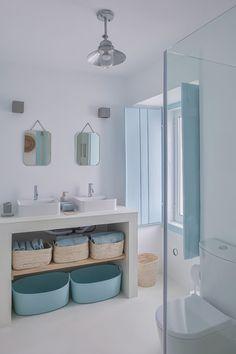home decor blue Country blue, A holiday home in Portugal by interior designer Ligia Casanova Greek Decor, Parisian Apartment, Beach House Decor, Home Decor, Beach Apartment Decor, Beach Houses, Bathroom Interior, Design Case, Diy Design