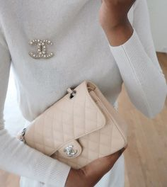All beige outfit. Beige Outfit, Chanel Outfit, Preppy Winter Outfits, Chanel Vintage, Jewelry For Her, Dainty Jewelry, Chanel Pearls, Jewelry Editorial, Elegantes Outfit