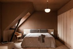 Palette de couleurs terracotta, rose, beige et brun // Chambre sous les comble de l'hôtel The Audo en brun rosé Plywood Furniture, Furniture Showroom, New Furniture, Furniture Removal, Design Hotel, Design Studio, Design Design, Home Interior, Interior Paint