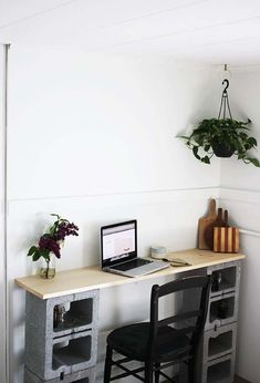 Creative Uses of Concrete Blocks in Your Home and Garden --> DIY Cinder Block Table Diy Computer Desk, Diy Desk, Gaming Computer, Concrete Projects, Concrete Blocks, Diy Concrete, Apartment Furniture, Furniture Decor, Apartment Desk