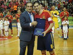 Javier Lozano entrega placa LNFS a Kike.  @SeFutbol España-Grecia. Homenaje a Kike Boned. Ginés Rubio @grl48