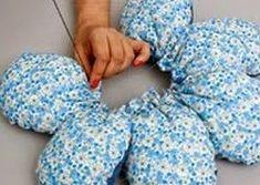 Este original cojín con forma de flor es un complemento perfecto para decorar una habitación infantil. Además puedes usar la tela de alguna camiseta, de algún vestido o cualquier retal de tela reciclada para confeccionarlo.  La idea la he encontrado publicada en la páginawonderfuldiy.com.Es muy fácil de hacer y admite todas las combinaciones que ... Seguir leyendo... Pillow Crafts, Diy Pillows, Cushions, Sewing Pillows Decorative, Quilting Projects, Sewing Projects, Sewing Hacks, Felt Flower Pillow, Crochet Waffle Stitch