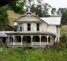 Abandoned house in Sycamore, Virginia. Imagine sitting on this porch when the house was in its prime. what a beautiful old house, put some work into it and just imagine how it could be again. Abandoned Farm Houses, Abandoned Property, Old Farm Houses, Abandoned Places, Abandoned Castles, Abandoned Buildings For Sale, Old Houses For Sale, Old Mansions, Abandoned Mansions