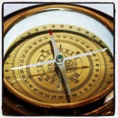 Mosiężny kompas żeglarski na drewnianej podstawie, marynistyczny prezent, upominek w morskim stylu, element żeglarskiego wystroju wnętrz, Photo by http://www.sklep.marynistyka.org