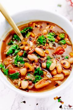 This White Bean and Kale Soup is hearty & so incredibly easy to make! It's made in your slow cooker, and is loadedwith flavour! Vegan Slow Cooker, Slow Cooker Soup, Slow Cooker Recipes, Soup Recipes, Crockpot Recipes, Vegan Recipes, Barbecue Recipes, Fall Recipes, Yummy Recipes