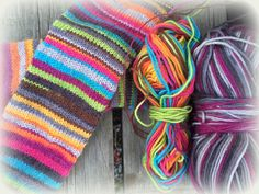 Arkimamman Arkiralli: Räsymattosukat varpaista varteen Wool Socks, Knitting Socks, Crochet Woman, Knit Crochet, Fingerless Gloves, Arm Warmers, Mittens, Lana, Knitting Patterns
