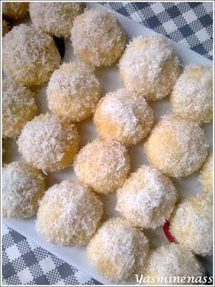 Salam alyakoum/bonjour, Je remonte une vieille recette du forum pour vous la présenter avec de nouvelles photos plus gourmandes. Voila donc ma version à moi des ces fameuses boules coco si réputés et indémodables, ma recette vous garantit des boules fondantes...