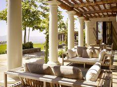 Pergola en bois couvrant une jolie terrasse à une résidence de haut standing