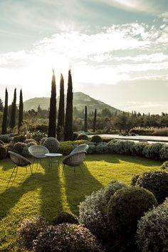 Les plus beaux jardins publies dans AD : Un jardin provençal, Le jardin de ce mas dans la vallée des Baux-de-Provence accueille un salon outdoor tout en rotin, avec vue sur les Alpilles.
