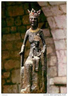 Vierge noire de Rocamadour.Les Vierges noires sont des effigies féminines qui appartiennent à l'iconographie du Moyen Âge européen. Elles tirent leur nom de leur couleur sombre, souvent limitée au visage et aux mains. La plupart d'entre elles sont des sculptures produites entre le xie et le xve siècle. On trouve parmi elles de nombreuses Vierges à l'enfant.