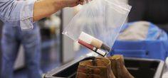 Kun matkustat pelkillä käsimatkatavaroilla, kosmetiikan pakkaaminen lennolle voi aiheuttaa päänvaivaa. Kaikki nesteet kun pitäisi saada mahtumaan litran vetoiseen läpinäkyvään pussiin, ja kunkin tuotteen pakkauskoko voi olla enintään sata millilitraa.