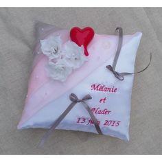 Coussin mariage rose et gris avec broderie prénoms personnalisé