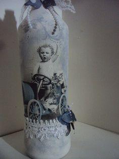 garrafa decorada, decoupagem, rendas, pérolas, aplicação de borboleta em papel. Shabby Chic