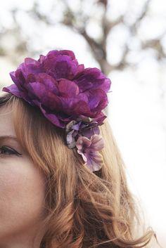 Couronne de Fleurs violette Marina, pivoine violette, delphinium et hortensia mauve http://naminoe.fr/fr/couronnes-/175-couronne-de-fleurs-violette-marina.html Photo: Marion Colombani #mariage #wedding #flowers