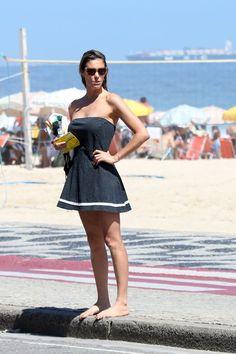 Fernanda Lima exibe boa forma e tatuagem em tarde de praia no Rio