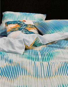 Waan jezelf op zee met model Rye. Het speelse streepjespatroon in verschillende tinten blauw met geel en oranje doet denken aan kabbelende golven waar de ondergaande zon op schittert. Zo wil iedereen toch in slaap vallen? De achterzijde van het dekbedovertrek wordt gesierd door een subtiel, lichtblauw streepjespatroon.