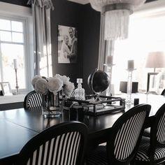 Høst  En god dag ønskes alle. @classicliving #adelespisestol #dubaispisebord #pearllysekrone #arthurvelourgardin #stue #spisestue #spisebord #soisestuestol #dekor #gardiner #lysekrone #interior #interior123 #interior125 #interior4all #oktober #home #livingroom