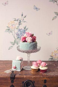 Bolos decorados e cupcakes. Blue cake topped with pink roses Pretty Cakes, Cute Cakes, Beautiful Cakes, Amazing Cakes, Fancy Cakes, Mini Cakes, Cupcake Cakes, Candybar Wedding, Wedding Cakes