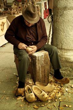 Haciendo albarcas. Artesanía en el desembarco de Carlos V, Laredo. #Cantabria #Spain #Travel