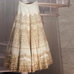 We are talking about the next big Indian wedding trend where the brides give a personal touch to their garment and are getting their love story uniquely Big Indian Wedding, Traditional Indian Wedding, Indian Weddings, Lehenga Designs, Indian Attire, Indian Ethnic Wear, Indian Style, Red Lehenga, Lehenga Choli