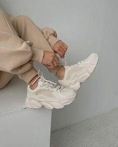 Sneaker Outfits Women, Sneakers Fashion Outfits, Aesthetic Shoes, Aesthetic Fashion, Shoes Wallpaper, High Heel Sneakers, Fashion Design Sketches, Foto Pose, Beige