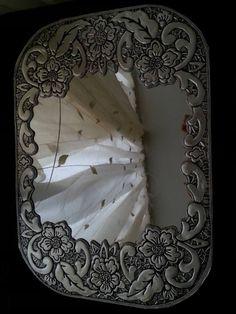 espejo enmarcado con metal repujado
