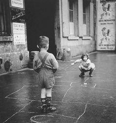Gérald Bloncourt :: Enfants jouant à la marelle dans la rue, Paris, 1960