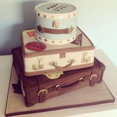 Vintage Suitcase Wedding Cake A stack of vintage suitcases for a couple who got married abroad and who were having a big party now back in the UK. Luggage Cake, Suitcase Cake, Gorgeous Cakes, Pretty Cakes, Amazing Cakes, Vintage Suitcase Wedding, Vintage Suitcases, Vintage Luggage, Hat Box Cake