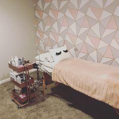 Love the wallpaper. Spa Room Decor, Beauty Room Decor, Beauty Salon Decor, Home Decor, Makeup Studio Decor, Beauty Cabin, Esthetics Room, Lash Room, Salon Interior Design