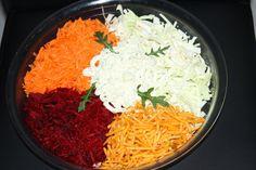 Die rote Beete und die Karotten separat grob reiben. Den Spitzkohl in schmale Streifen schneiden. In einer flachen Salatschale die geriebenen Karotten, rote Beete, Spitzkohl und Chipssticks abgegrenzt anrichten und mittig die Remoulade oder Mayonnaise zugeben. Vor dem Verzehr den Salat gut durchmischen, gegebenfalls mit Salz und Pfeffer abschmecken. Der Salat kommt sowohl im Winter