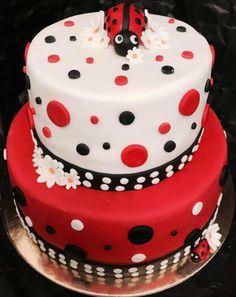 Fructe de pădure și marțipan. Texturi contrastante, îmbrăcate într-o buburuză ❤️ Cupcake Shops, Cupcake Boxes, Chocolate Shop, Candy Boxes, Grocery Store, Catering, Buffet, Artisan, Birthday Cake