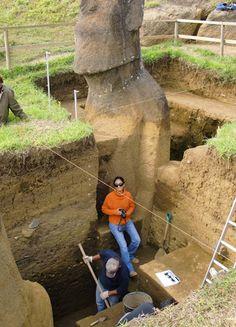 Los Moais enterrados en la Isla de Pascua, tienen cuerpo y aparecen misteriosas inscripciones enellos.