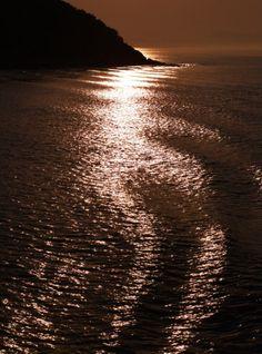 土庄港に入るフェリーの航跡に夕日が映える