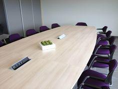 """Grande table de conférence à pans coupés """"Agora"""" (BUROFORM) complétée par des fauteuils visiteurs luge """"Flex"""" (SOKOA)."""