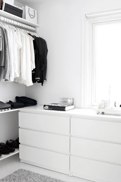 Walk-in-Closet on a low budget Dressing dans un esprit minimaliste Related posts: DIY Open Concept Schrank – Alicia Fashionista – … Mein neuer begehbarer Kleiderschrank! dresses in your closet Built out closet – Wardrobe Closet, Closet Bedroom, Closet Space, Home Bedroom, Build Wardrobe, Walk In Closet Ikea, Bedroom Ideas, Open Wardrobe, Tiny Closet