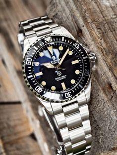 Steinhart Ocean Vintage Military 39 se fabricará en producción limitada. El bisel en el OVM39 es un homenaje a la guardia militar que el ejército británico emitió en la década de 1970 y tiene marcas completas que rodean el bisel. Con un punto luminoso en la posición de las 12 en punto. El bisel de 120 clics se acopla positivamente a su posición. Oh, mencionamos que el bisel está pulido para estar lo más cerca posible del original. Vintage Rolex, Vintage Watches, Steinhart Ocean One, Steinhart Watch, Rolex Watches, Watches For Men, Awesome Watches, Classy Clothes, Rolex Submariner