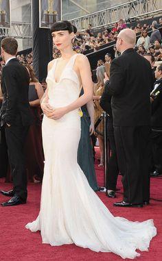 Rooney Mara con un diseño blanco encolado de Givenchy. Mara optaba al Oscar a la mejor actriz principal por su interpretación en la película Los hombres que no amaban a las mujeres.