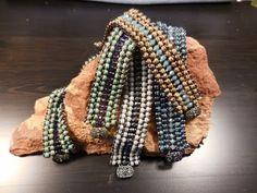 Peyote & Square Stitch Bracelet - YouTube Jewelry Making Tutorials, Beading Tutorials, Beading Patterns, Seed Bead Bracelets, Seed Bead Jewelry, Bow Bracelet, Button Bracelet, Peyote Stitch Tutorial, O Beads