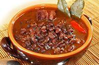 La zuppa di fagioli alla messicana è un piatto tipico del centro America, molto saporito e sostanzioso per la presenza non solo dei legumi, ma anche della pancetta affumicata che lo rende davvero appetitoso.