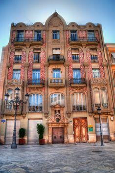 La Casa del Punt de Ganxo es modernista del s. XIX, recibe ese nombre porque su ornamentación recuerda a una pieza de ganchillo. Es obra del arquitecto Manuel Peris Ferrando. #valencia #modernismo #arquitectura