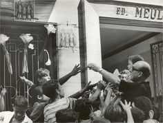 Crianças pegam doces nas celebrações a Cosme e Damião, no Rio de Janeiro, em setembro de 1967. Arquivo Nacional. Fundo Correio da Manhã. BR_RJANRIO_PH_0_FOT_05485_0043 Ph, National Archives, September, Rio De Janeiro, Sweets