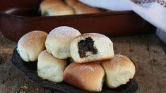 Recepty, na které nejraději vzpomínáte, se často pojí s vaším dětstvím. Patří k nim i nadýchané makové buchty. Že byste je chtěli také umět? Jdeme na to! Bagel, Doughnut, Sweet Recipes, Hamburger, Bread, Food, Homeland, Brot, Essen